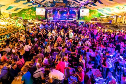 Leute feiern im vollen Festzelt auf dem Freimarkt in Bremen