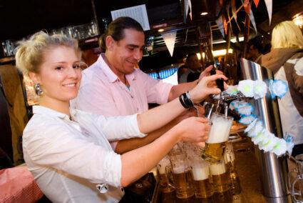 Kellner zapfen Bier auf dem Freimarkt in Bremen