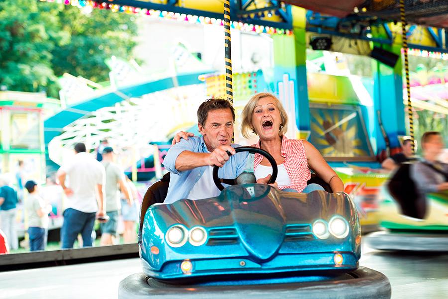 Mann und Frau fahren gemeinsam Autoscooter auf dem Freimarkt in Bremen