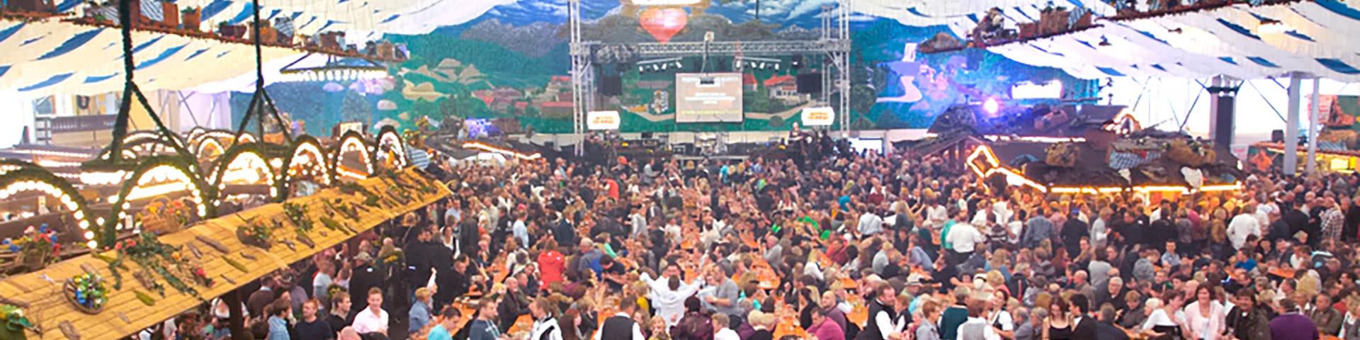 Volles Partyzelt mit feiernden Menschen auf dem Freimarkt in Bremen