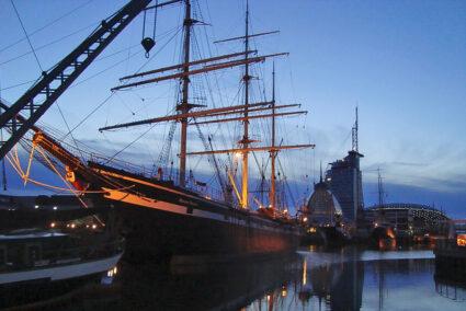 Großes Segelbott in Bremerhaven bei Dämmerung