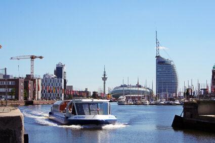 Schiff fährt durch Bremerhaven