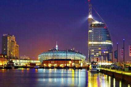 Klimahaus und Atlantic Hotel in Bremerhaven bei Nacht