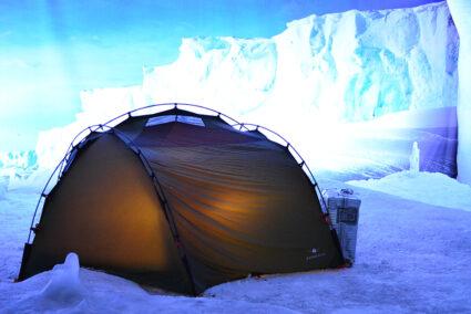 Zelt in einer Eislandschaft im Klimahaus in Bremerhaven