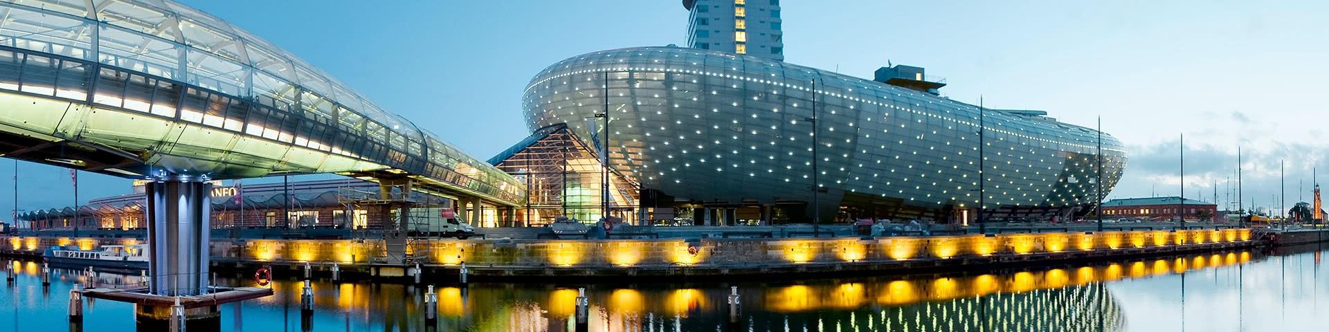 Klimahaus in Bremerhaven bei Abenddämmerung