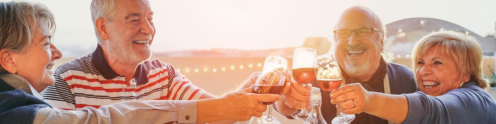 Zwei Pärchen essen und trinken geminsam in einem Restaurant in Bremerhaven