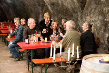 Gruppe sitzt im hoteleigenen Gewölbekeller im Hotel Anker in Brodenbach