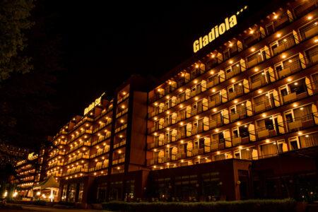 Außenansicht vom Hotel Gladiola in Bulgarien bei Nacht