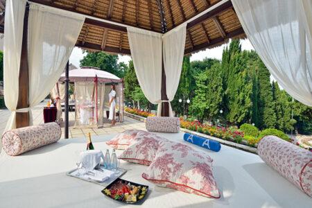 Poolbett mit Champagner und Obst im Hotel Melia Grand Hermitage in Bulgarien