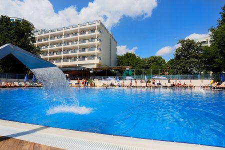 Außenansicht mit Pool vom Hotel Sofia in Bulgarien