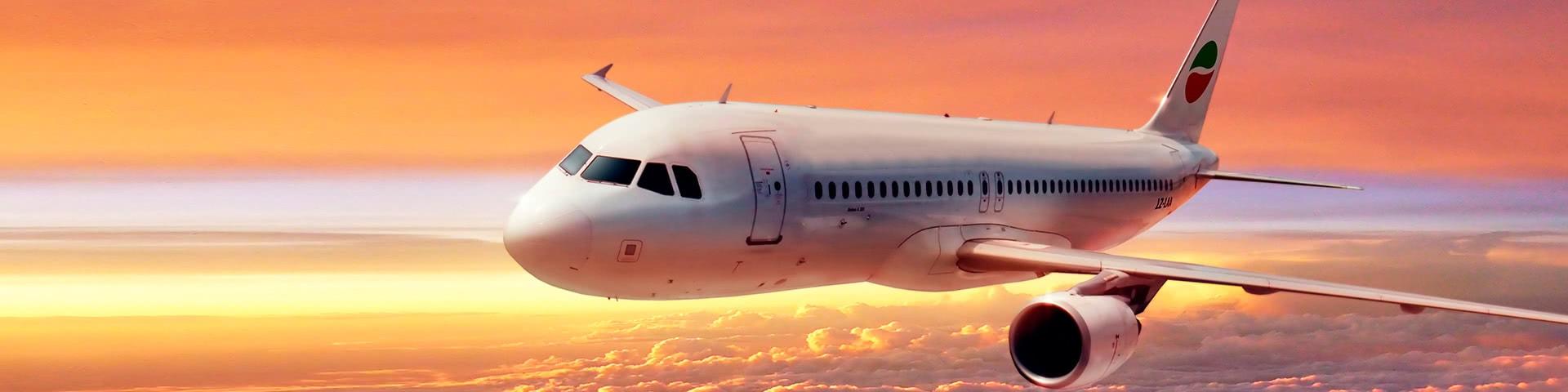 Fliegendes Flugzeug am Himmel bei Sonnenuntergang auf dem Weg nach Bulgarien