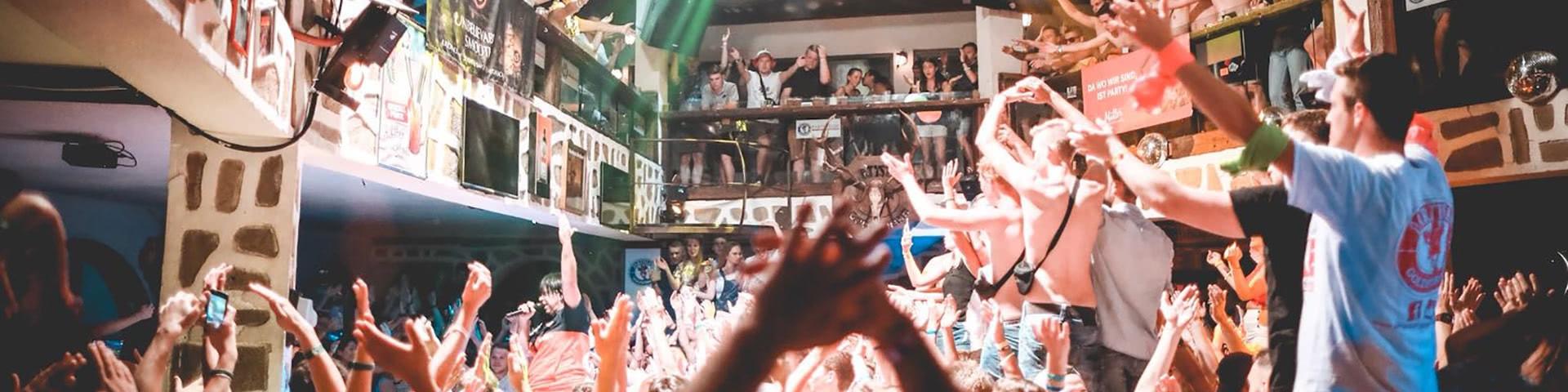 Ausgelassene Party im Partystadel in Bulgarien
