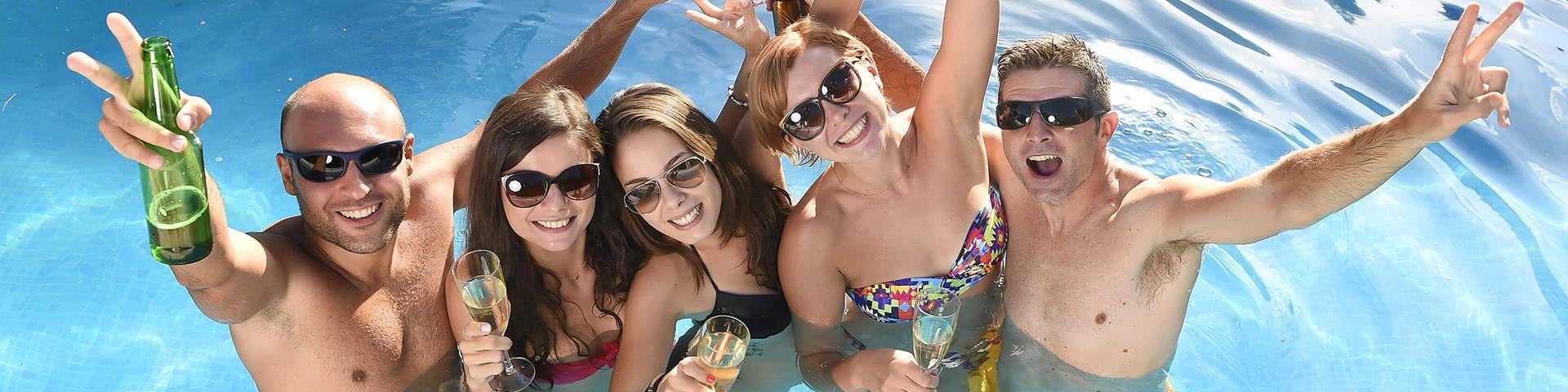 Eine feiernde Freundesgruppe in einem Pool in Bulgarien