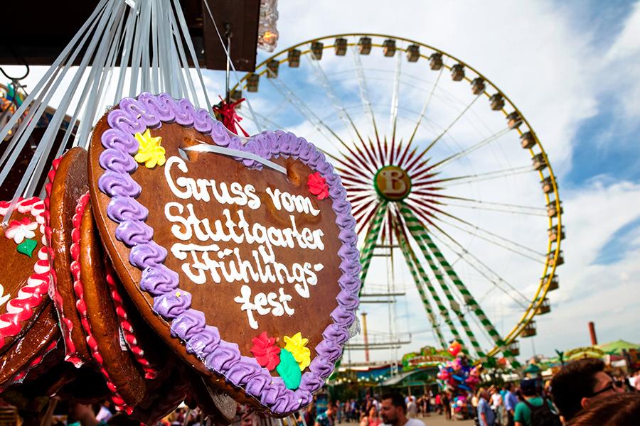 Lebkuchenherz mit Riesenrad im Hintergrund auf dem Cannstatter Frühlingsfest