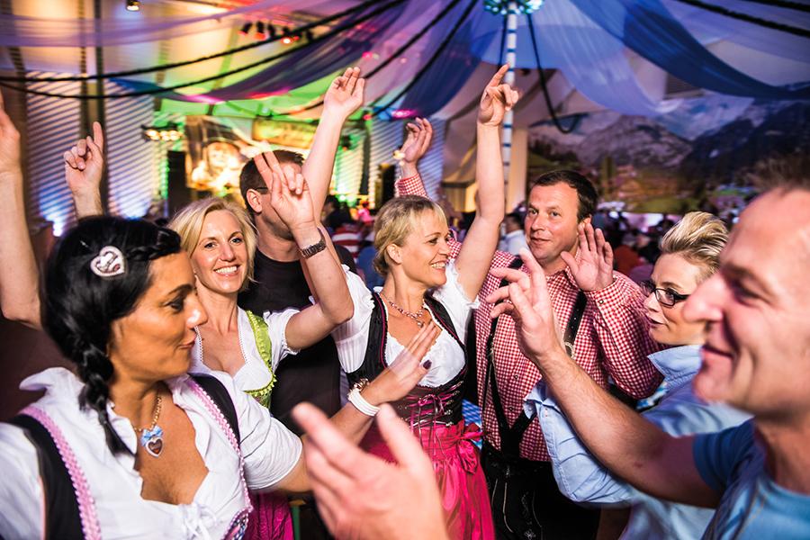 Tanzende Gruppe in einem Festzelt auf den Cannstatter Wasen