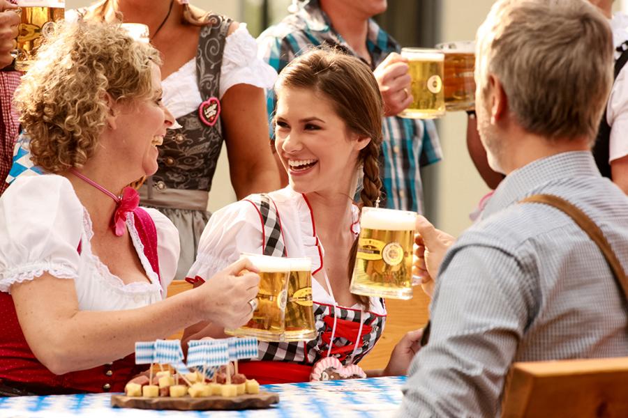 Gruppe trinkt gemeinsam Bier auf den Cannstatter Wasen