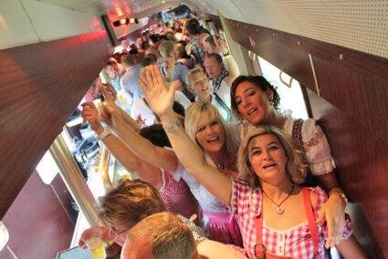 Party im Tanzwagen des Partyzuges auf dem Weg nach Cannstatt