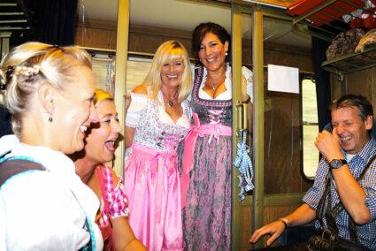 Spaß im Sitzabteil des Partyzugs nach Cannstatt