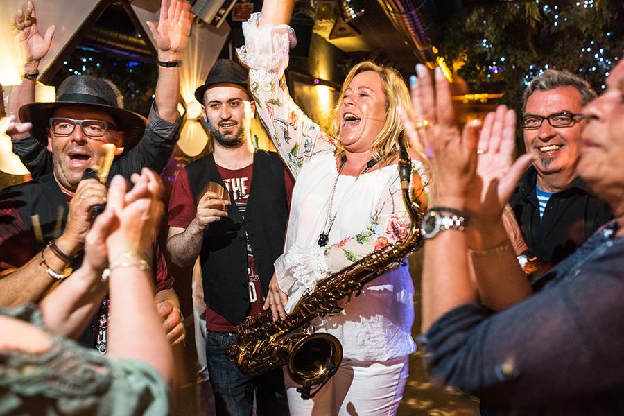 Musiker machen gemeinsam mit den Gästen PArty in einer Disco in Cochem