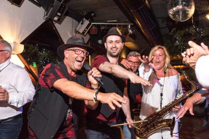 Eine Band macht Stimmung in einer Disco in Cochem