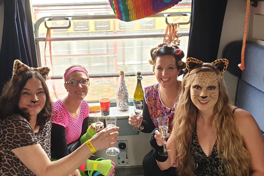 Verkleidete Frauengruppe im Partyzug nach Cochem zur Altweiberparty