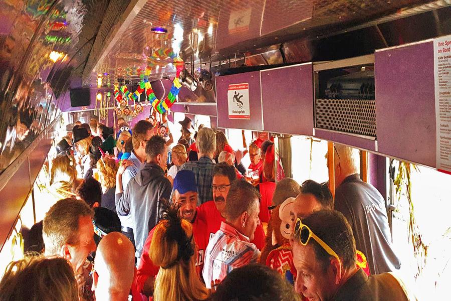 Verkleidete Menschen machen Party im Partyzug nach Cochem zur Altweiberparty
