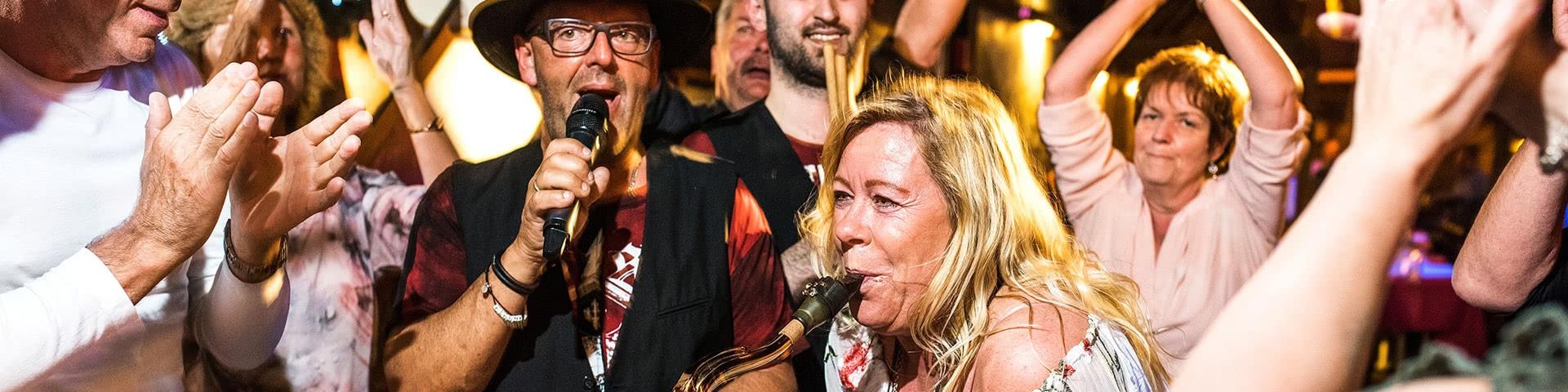 Band macht gemeinsam mit den Gästen Party auf der Tanzfläche einer Disco in Cochem