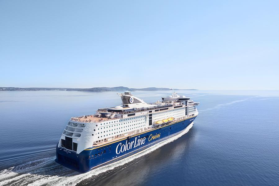 Color-Line-Schiff fährt auf dem Meer