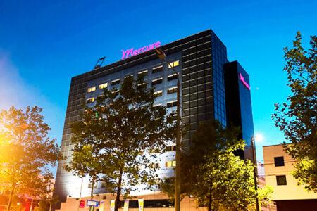 Außenansicht Mercure Hotel Den Haag Central bei Dämmerung