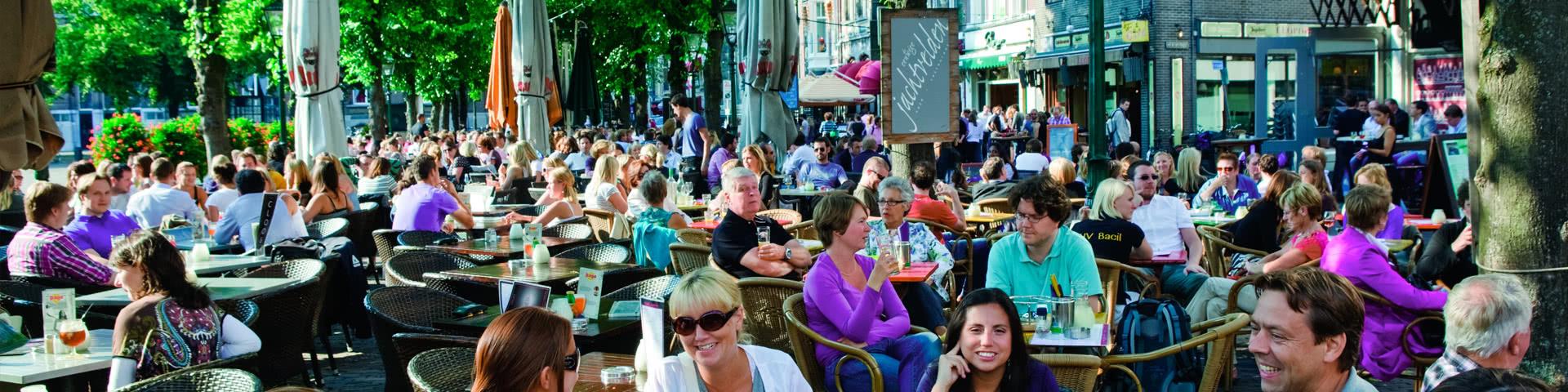 Volle Terasse eines Lokals in Den Haag