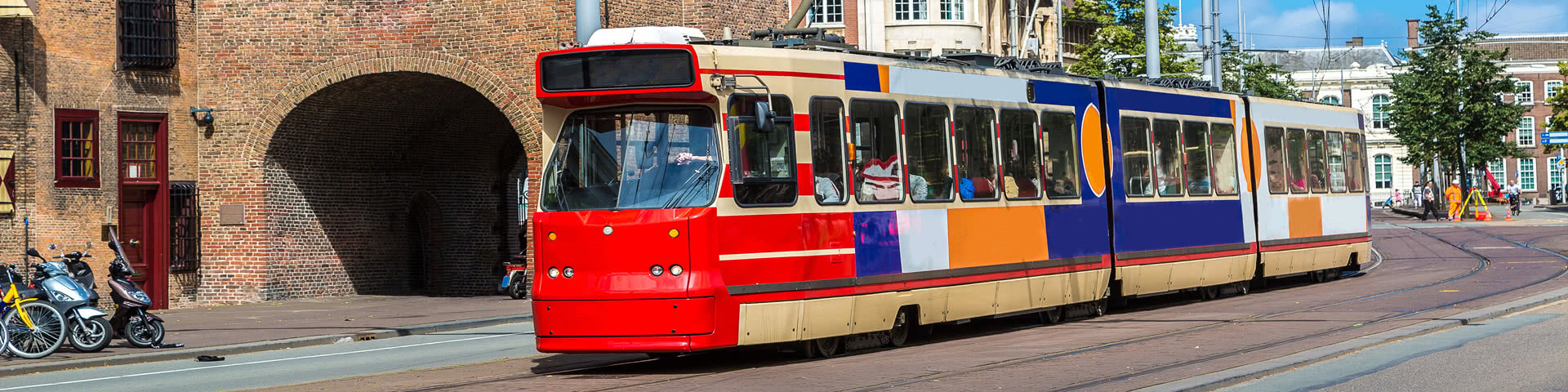 Bunte Straßenbahn fährt durch Den Haag