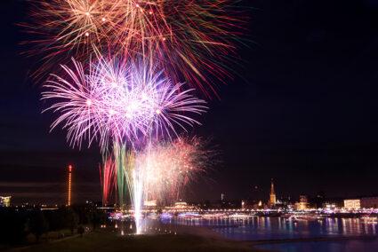 Großes Feuerwaerk am Rhein am Japan-Tag in Düsseldorf
