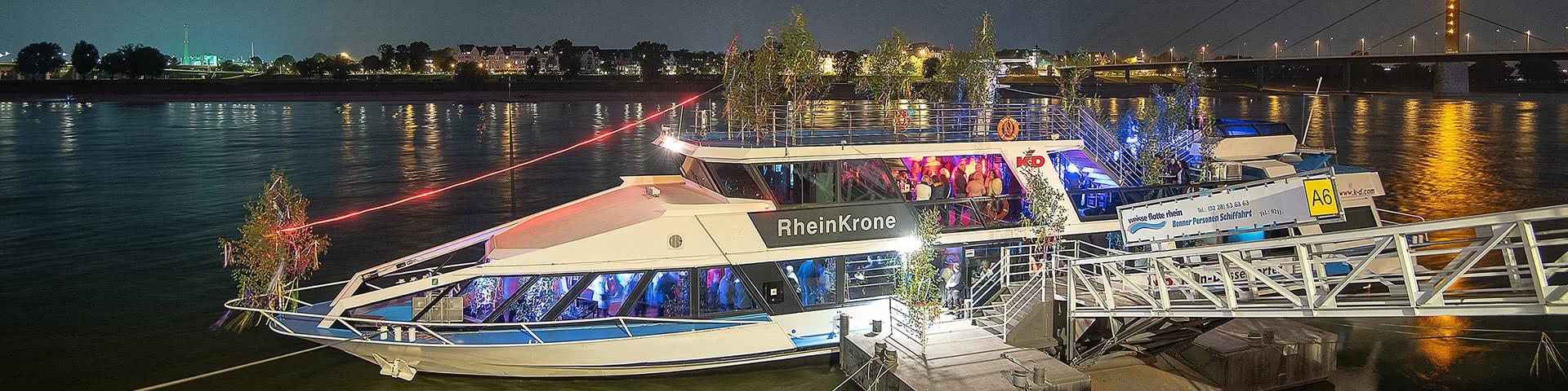 das Schiff KD Rheinkrone an einem Anleger in Düsseldorf bei Dunkelheit