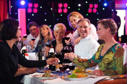 Gruppe isst gemeinsam Abendessen im Edertal