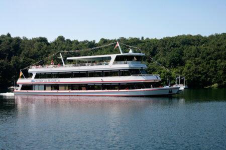 Passagierschiff fährt auf dem Edersee
