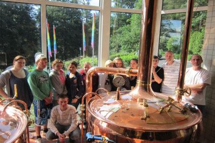 Gruppe bekommt Führung im Brauhaus Bad Wildungen im Edertal