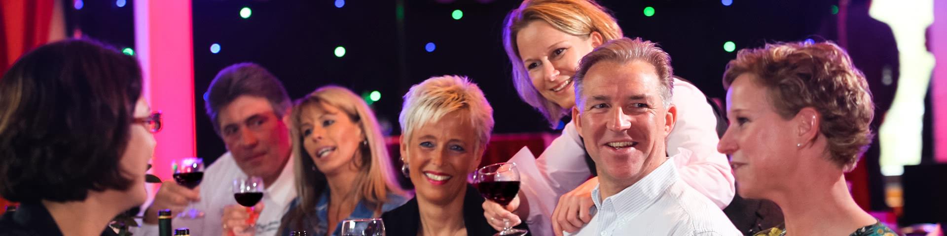 Gut gelaunte Menschen trinken gemeinsam Wein im Edertal
