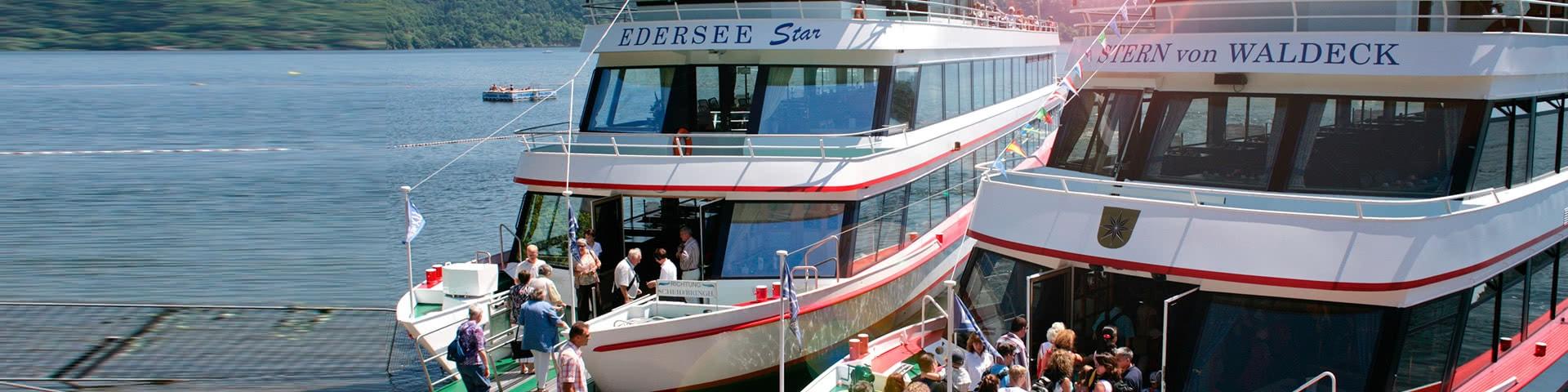 Zwei Passagierschiffe an einem Anleger am Edersee
