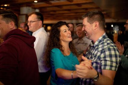 Pärchen tanzt in der Brasserie in Egmond aan Zee