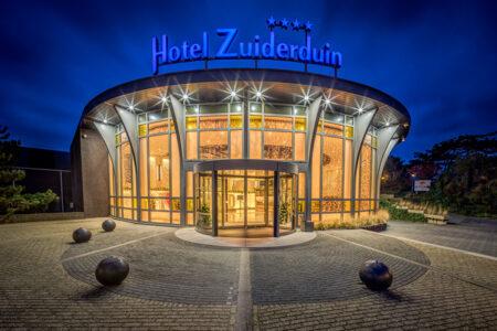 Außenansicht Hotel Zuiderduin in Egmond aan Zee bei Dunkelheit