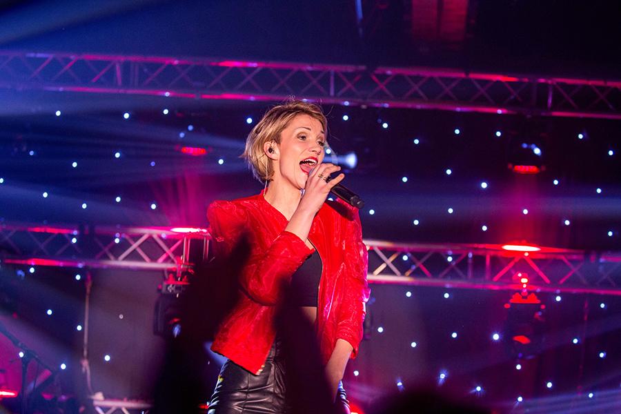 Anna-Maria Zimmermann singt beim Schlagerfinale in Egmond aan Zee