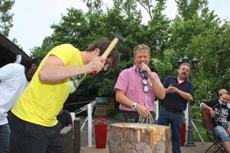 Bei der Wiesn-Olympiade in Frielendorf wird Nageln gespielt