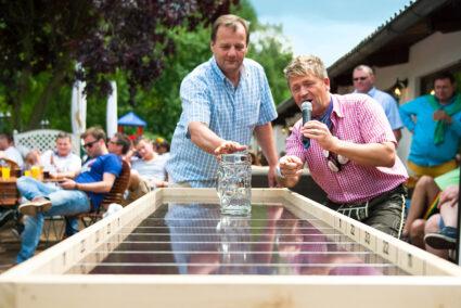 Bei der Wiesn-Olympiade in Frielendorf wird Bierkrug-Weitschieben gespielt