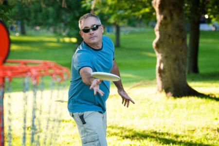 Mann spielt Frisbee-Golf in Frielendorf