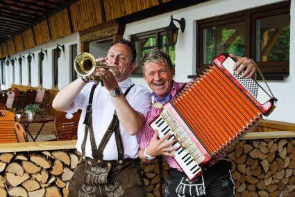 Zwei Musiker in Tracht spielen Trompete und Akkordeon in Frielendorf