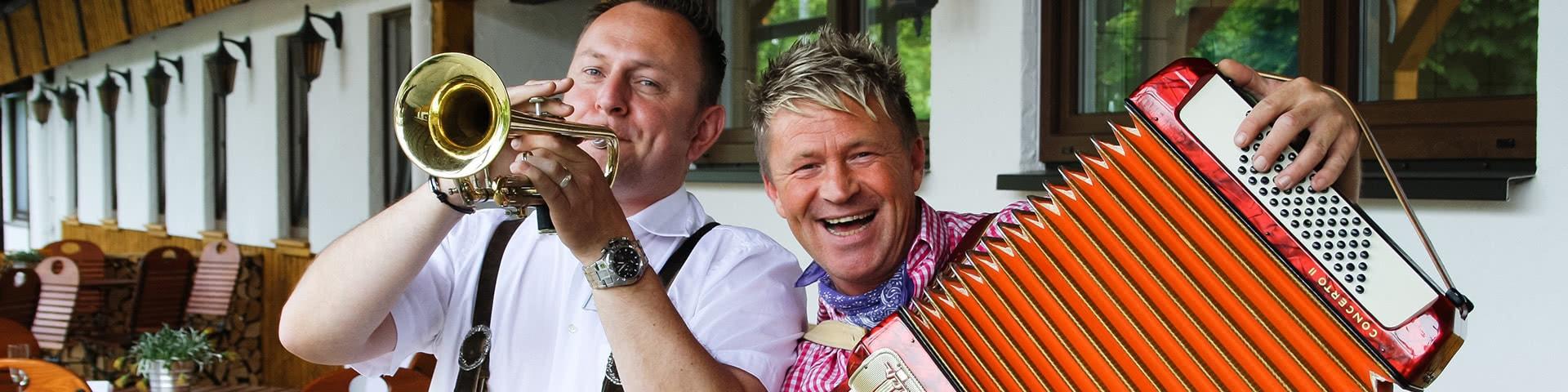 Zwei Musiker in Tracht spielen Akkordeon und Trompete in Frielendorf