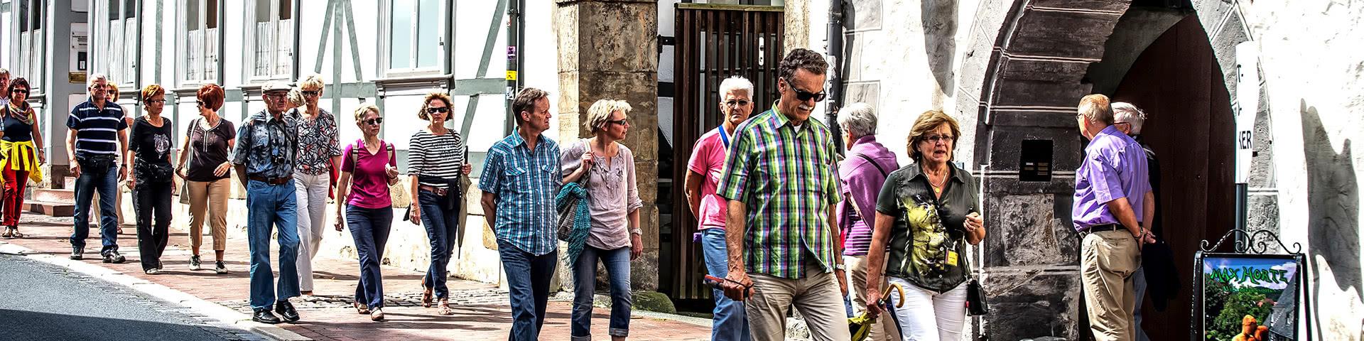 Gruppe läuft durch die Altstadt von Goslar