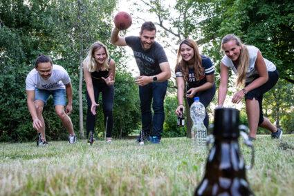 Mann wirft Ball beim Flunkyball-Spiel in Grefrath
