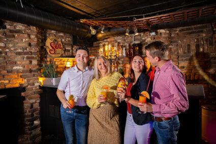 Gruppe trinkt gemeinsam Cocktails an der Bar in der Disco La Cave in Grefrath