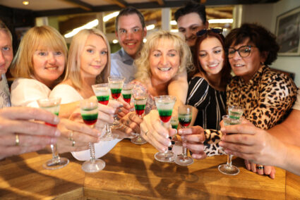 Gruppe trinkt gemeinsam den Ringelsöckchen-Schnaps im Ringelsöckchen in Grefrath